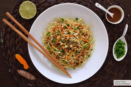 Noodles o fideos asiáticos con tallo de brócoli, cúrcuma y cebolleta fresca