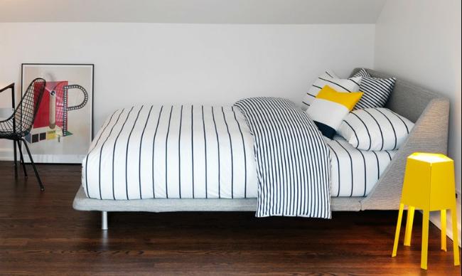 Un dormitorio con un toque de amarillo