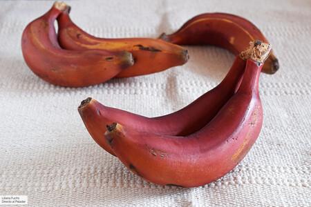 Probamos el plátano rojo de Canarias: la nueva variedad de banana que ha llegado a los supermercados de la península