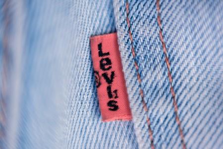 Las rebajas llegan pegando fuerte en Levi's: chaquetas, camisetas y (cómo no) vaqueros al 50% de descuento