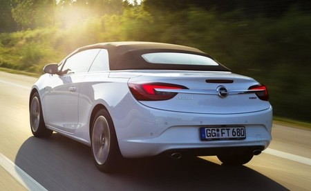 Opel Cabrio, galopando a Frankfurt con 200 CV