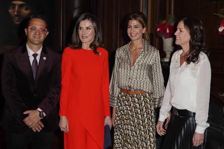 La Reina Letizia vuelve a arrasar con el color rojo, en esta ocasión con un dos piezas de Zara de lo más estiloso