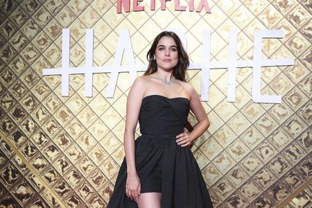 Adriana Ugarte no convence con este vestido de escote corazón en el estreno de su nueva serie para Netflix, Hache