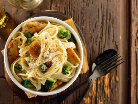 Pollo con pasta Alfredo y brócoli. Receta fácil y saludable