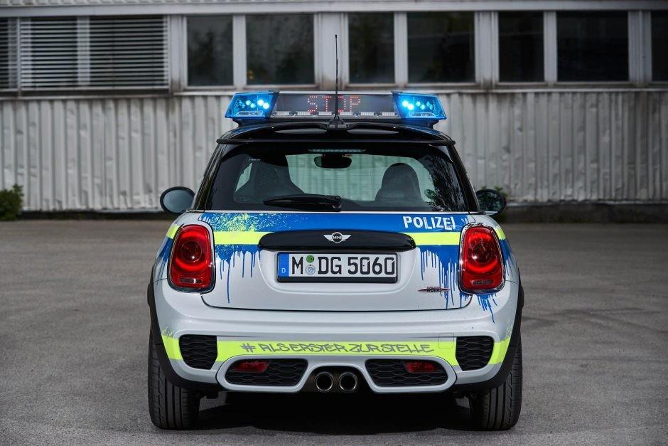 Foto de Mini JCW vestido como auto de policía (4/7)