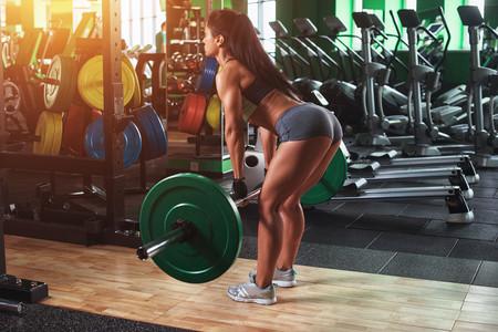 Peso muerto rumano para entrenar tu cadena posterior: su técnica y sus beneficios