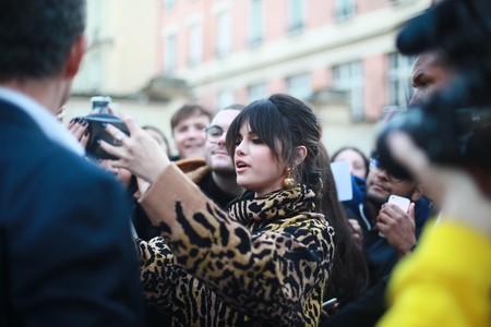 Selena Gomez continúa la promoción de su disco en Paris con dos looks que no dejan indiferente a nadie