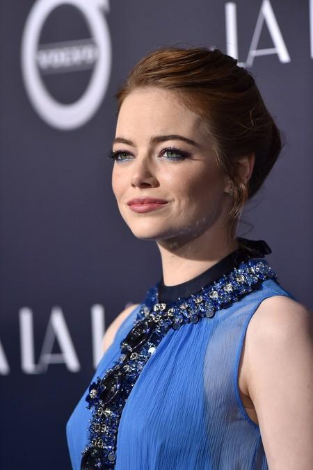 No hay color que se le resista a Emma Stone, de azul también está fantástica