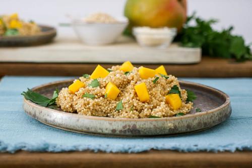 Falso risotto de quinoa con mango, receta fácil, rápida y nutritiva (con vídeo incluido)