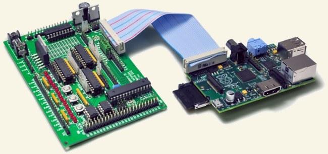 Gertboard (a la izquierda) conectada a un Raspberry Pi