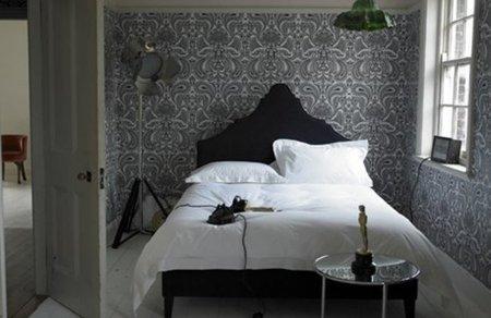 Dormitorio pequeño en blanco y negro.