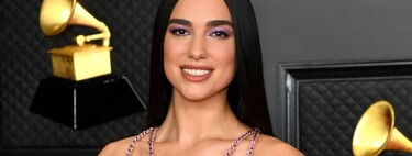 Dua Lipa se marca un lookazo en toda regla con un vestido de Versace lleno de brillo y transparencias en los Premios Grammy 2021