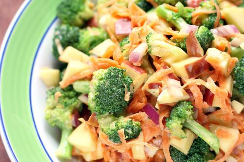 Ensalada de brócoli y manzana. Receta saludable