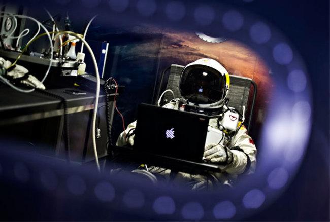 Felix Baumgartner con su MacBook en la misión Stratos