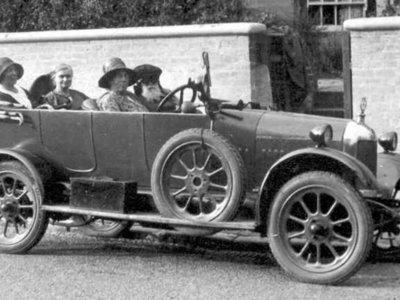 Con motores de aviones y sin medidas de seguridad: así era conducir en los años 30