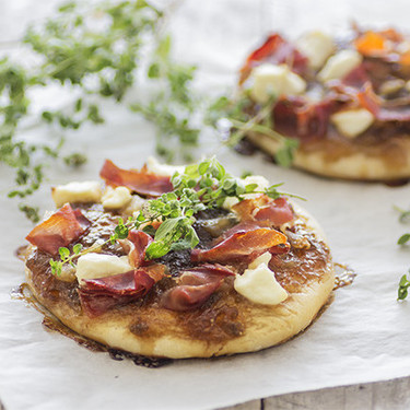 Minipizzas de jamón serrano y mermelada de higos: receta de aperitivo o cena de picoteo