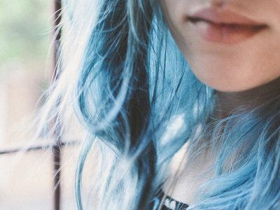 Tras acceder a que sus hijas se tiñeran el cabello de azul, una madre explica por qué fue algo positivo para su relación