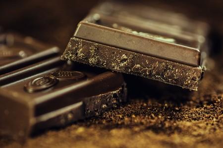 Comer chocolate en el embarazo hace a los bebés más felices: estudio