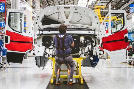 Un empleado de Iveco utiliza un exoesqueleto de piernas.