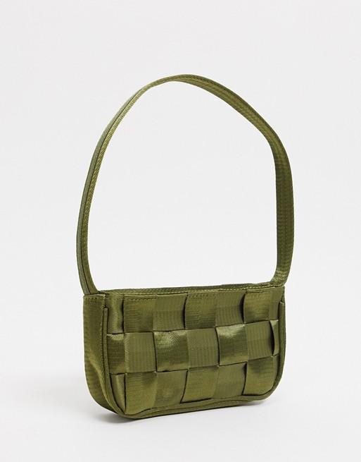 Bolso de hombro estilo años 90 de cinta con diseño entretejida de color verde oliva