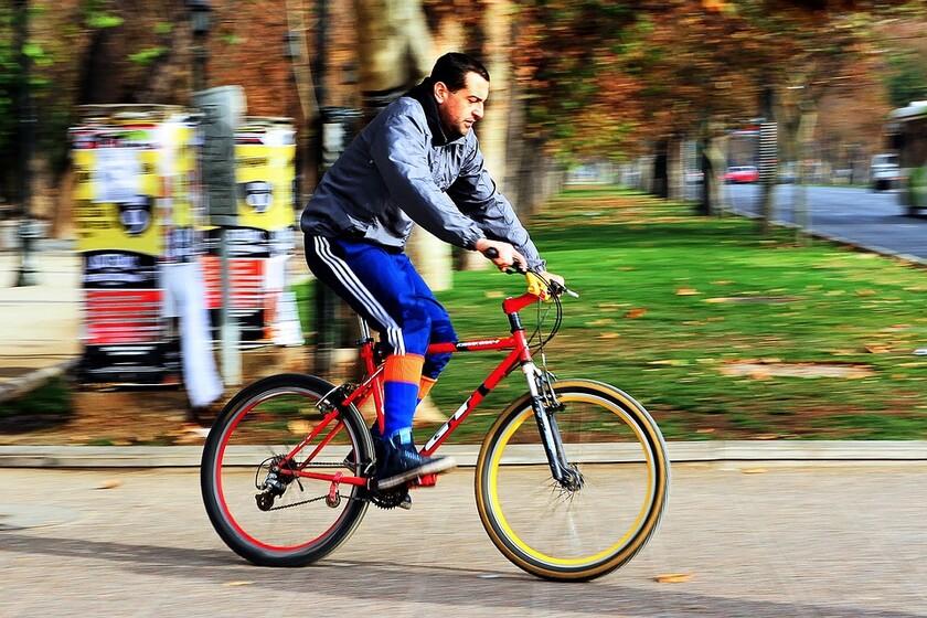 La DGT explica cómo evitar 10 situaciones de riesgo entre coches y bicis en la ciudad