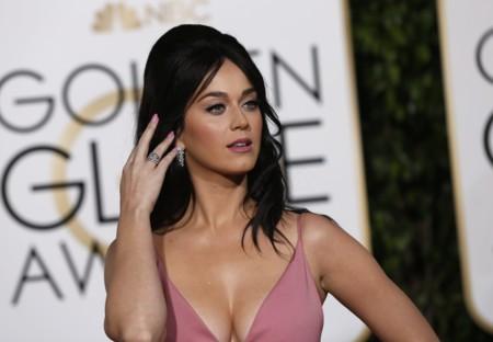 Una irreconocible Katy Perry asombra sobre la alfombra roja de los Globos de Oro 2016