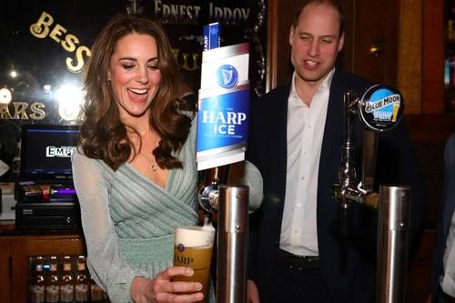 En vaqueros o sirviendo cerveza: los tres looks de Kate Middleton que demuestran su estilazo