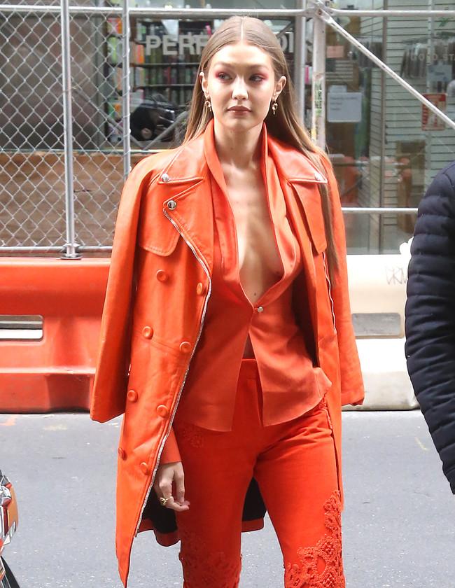 Gigi Hadid apuesta todo al naranja (maquillaje incluido) y acierta de lleno