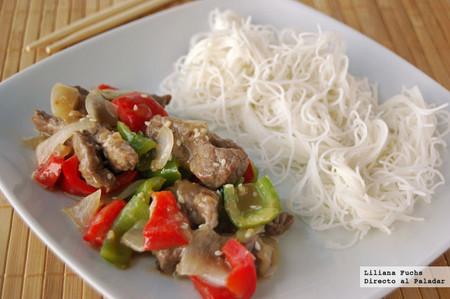 Wok de ternera y pimientos con fideos de arroz. Receta