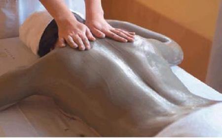 Tratamientos corporales en cabina: un recubrimiento de fango marino