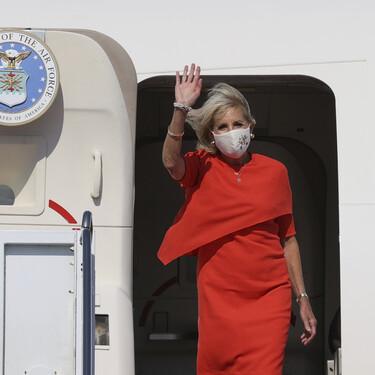 Jill Biden aterriza en Tokio para el comienzo de las Olimpiadas con un vestido capa de Narciso Rodríguez