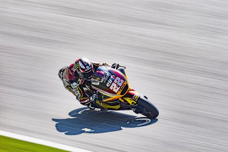 Sam Lowes regresa a la pole position y Raúl Fernández revive Moto2 por la primera caída de Remy Gardner en 2021