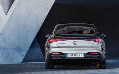 Ojo, que vienen baches: los nuevos coches de Mercedes-Benz pueden avisar al conductor para que esquive agujeros