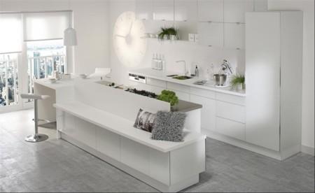 Una cocina luminosa y actual los muebles blancos son tendencia - Distribucion cocina cuadrada ...