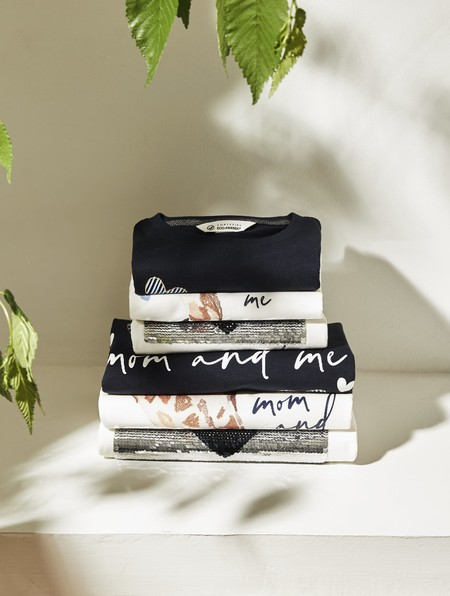 Cortefiel lanza las camisetas más bonitas con ocasión del Día de la Madre para lucir a conjunto mamis e hijos