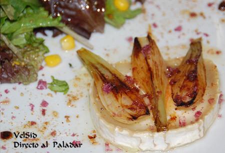 Brotes tiernos con queso de cabra y cebolla caramelizada con escamas de sal de vino