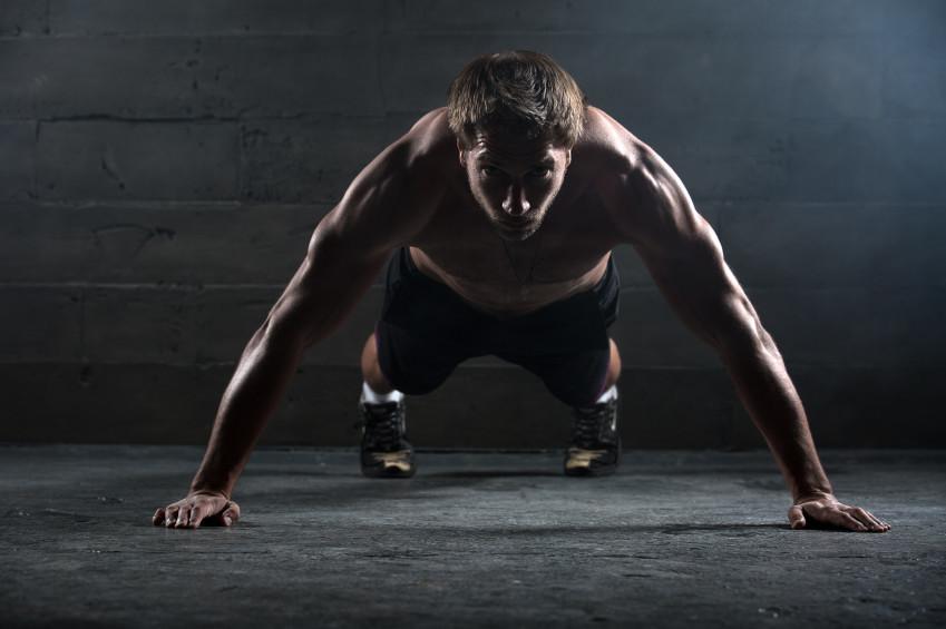 Tres ejercicios para realizar en casa y trabajar diferentes músculos al mismo tiempo, sin equipamiento