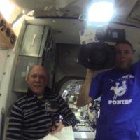 Sumergiendo una GoPro en una burbuja de agua que flota en microgravedad en la ISS