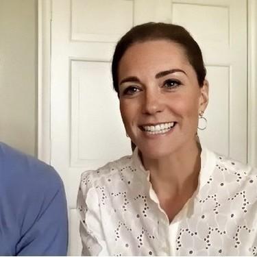 Kate Middleton apuesta por una preciosa camisa blanca de bordado inglés que todavía podemos hacer nuestra