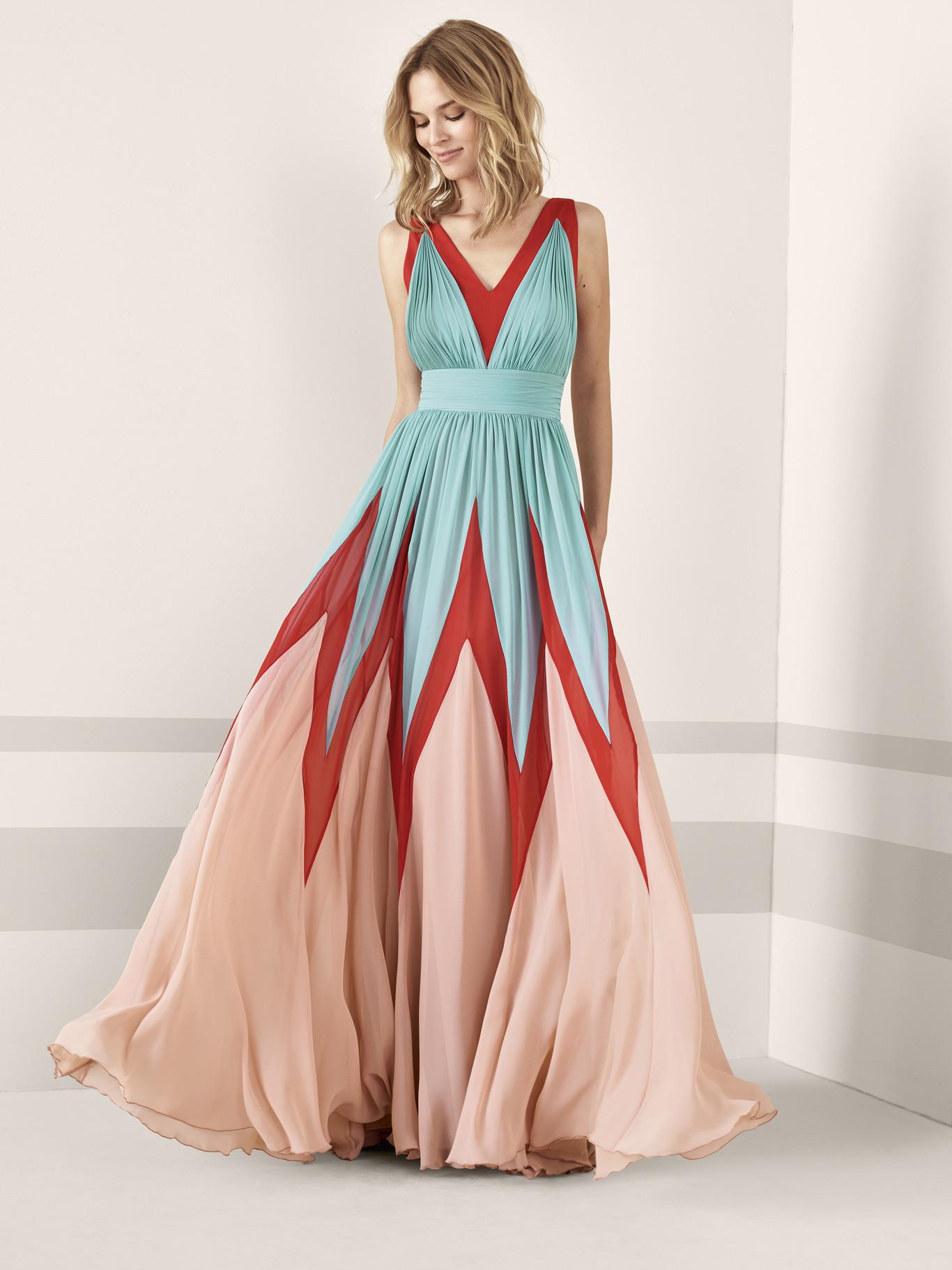 fd1a7ad2d4 Los 79 vestidos de fiesta de Pronovias colección 2019 con los que  deslumbrar como invitada