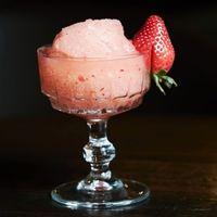 Frosé: granizado de vino rosado con fresas y limón. Receta de coctail del bartender José Luis León, de Limantour