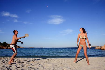 beneficios-de-jugar-a-las-palas-en-la-playa