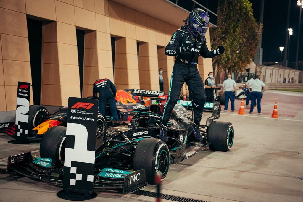 Lewis Hamilton se saltó 29 veces en 56 vueltas la curva por la que fue sancionado Max Verstappen en Baréin