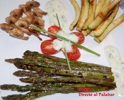 Parrillada de verduras con tzatziki