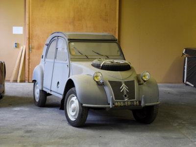 Bajo esa capa de polvo está el Citroën 2CV más caro del mundo