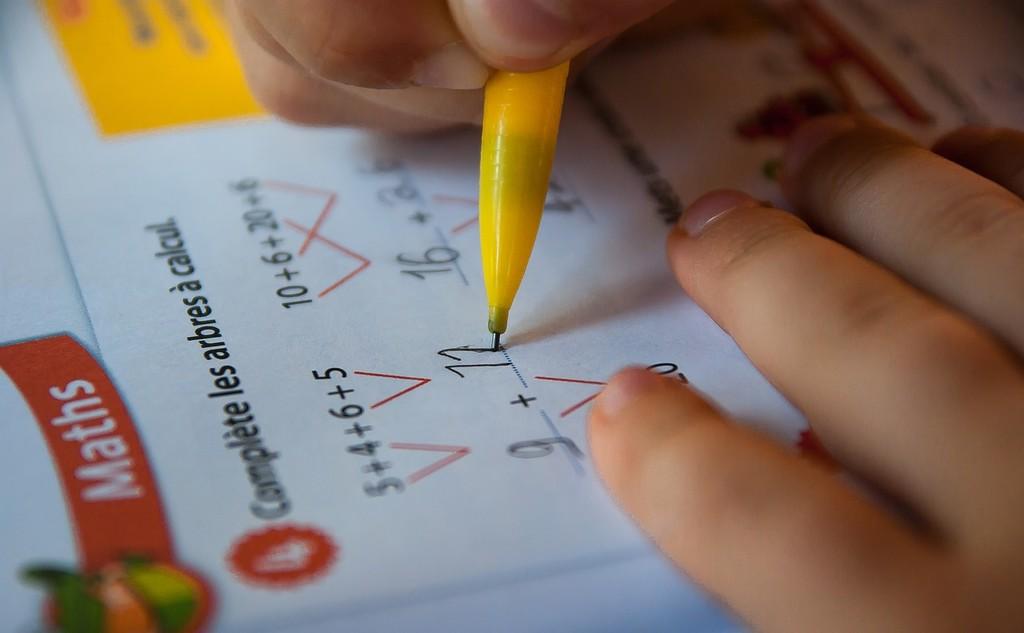 Ponen una IA de DeepMind a resolver un examen escolar de matemáticas y suspende: no fue capaz de sumar bien