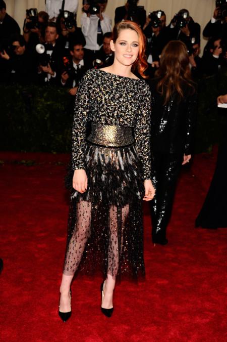 Kristen Stewart, de Chanel (y sin zapatillas) en la gala del MET 2014