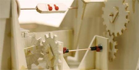 Niklas Roy fabrica con sus alumnos cosas inútiles (?) utilizando cartón, gomas, cuerdas y pegamento:  vídeo
