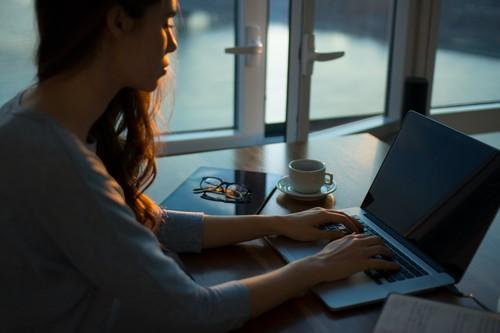 Contracturas en el cuello debido al teletrabajo: cinco consejos de profesionales para mejorarlas y prevenirlas