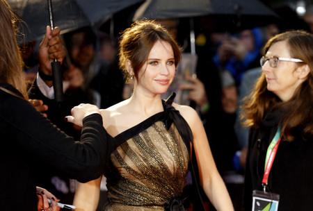 Felicity Jones se viste de princesa moderna con un Oscar de la Renta con demasiadas transparencia que no convencen del todo